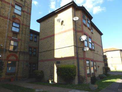 3 Bedrooms Flat for sale in The Woodlands, Shoeburyness, Southend-On-Sea