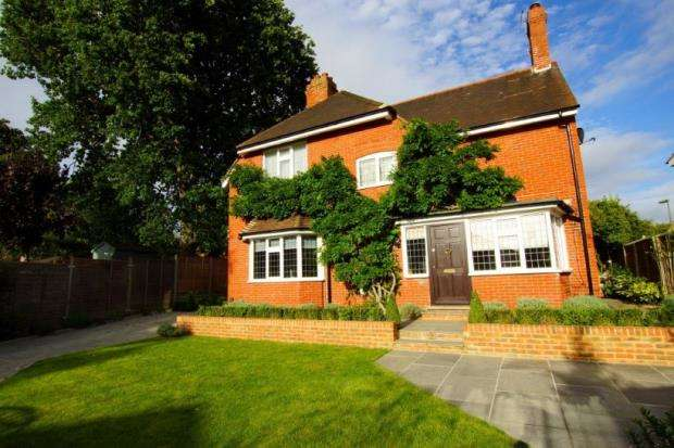 3 Bedrooms Detached House for sale in Cobham, Surrey
