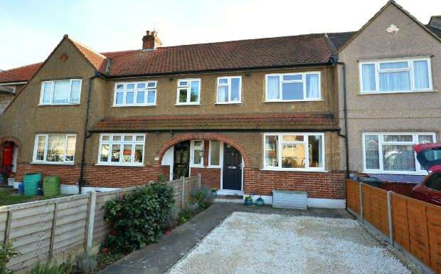 3 Bedrooms Terraced House for sale in Mansfield Road, Chessington