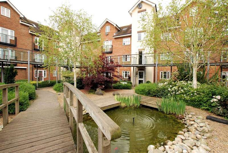2 Bedrooms Apartment Flat for sale in Lumley Road, Horley
