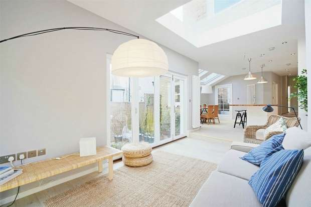 2 Bedrooms Flat for sale in Berrymead Gardens, LONDON