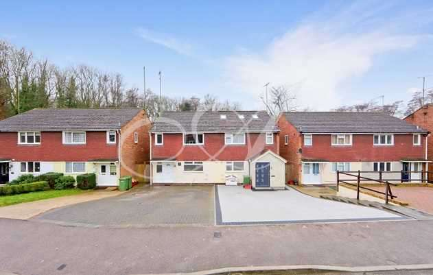 3 Bedrooms Semi Detached House for sale in Firsgrove Cresent, Brentwood