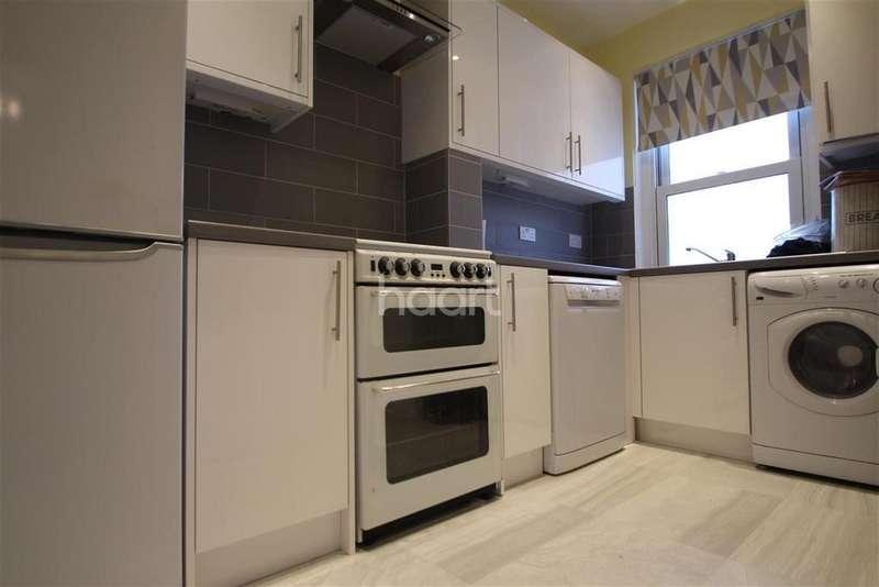 2 Bedrooms Flat for rent in Upper Halliford Road TW17