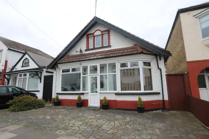 3 Bedrooms Detached House for sale in Fairmead Avenue, Westcliff-On-Sea SS0