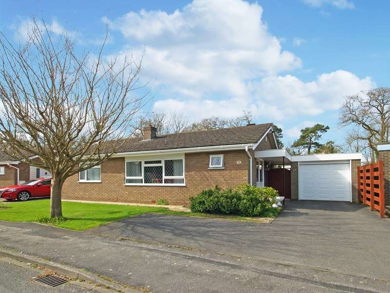 2 Bedrooms Detached Bungalow for sale in Hazel Close, Highcliffe, Christchurch