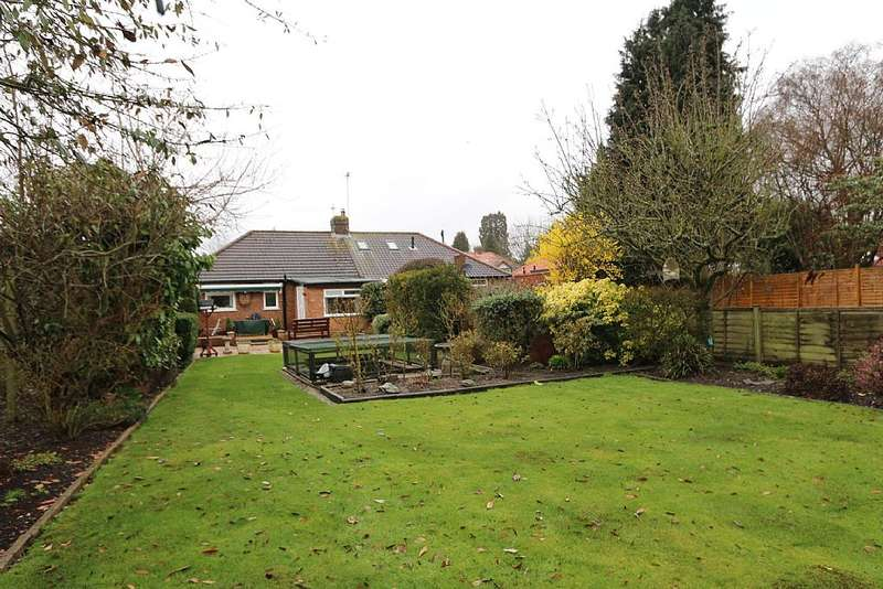 2 Bedrooms Semi Detached Bungalow for sale in Stanley Avenue, Chiswell Green, St. Albans, Hertfordshire, AL2 3AQ