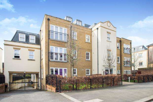 2 Bedrooms Flat for sale in The Parade, Epsom, Surrey