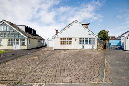 4 Bedrooms Bungalow for sale in Waterlooville, Hampshire, England