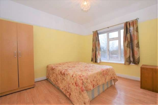 3 Bedrooms Terraced House for sale in Park Avenue, Southall, UB1