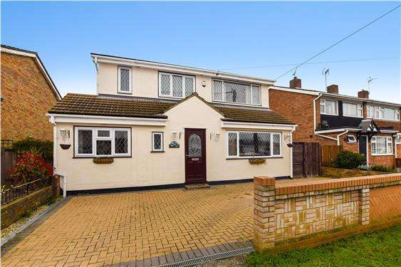 3 Bedrooms Detached House for sale in Westerland Avenue, Canvey Island