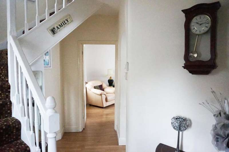 3 Bedrooms Semi Detached House for sale in Dagenham RM8