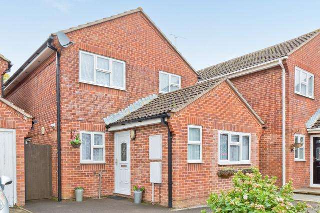 3 Bedrooms House for sale in Larch Way, Haywards Heath, RH16
