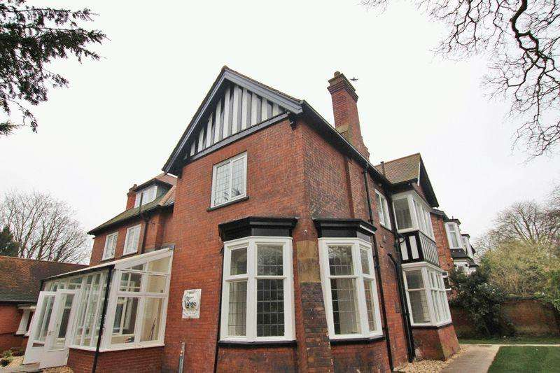 2 Bedrooms Apartment Flat for sale in THE LODGE, BARGATE, GRIMSBY