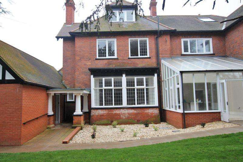 2 Bedrooms Ground Flat for sale in THE LODGE, BARGATE, GRIMSBY