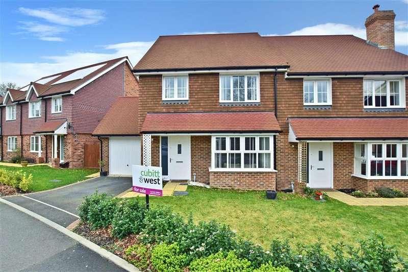 4 Bedrooms Semi Detached House for sale in Hawthorn Way, Billingshurst, West Sussex