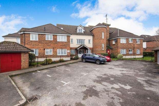 1 Bedroom Flat for sale in Lightwater, Surrey, United Kingdom