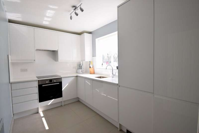 1 Bedroom Flat for sale in Newton Court, Old Windsor, SL4