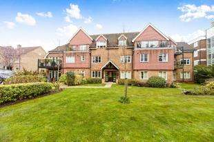 2 Bedrooms Flat for sale in White Hill Close, Stanstead Road, Caterham, Surrey