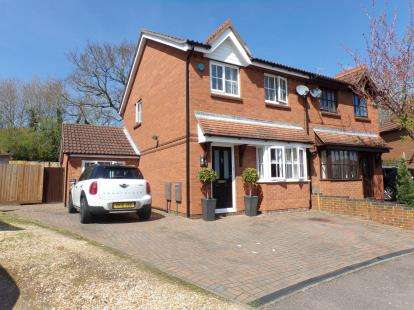 3 Bedrooms Semi Detached House for sale in Aintree Close, Bletchley, Milton Keynes