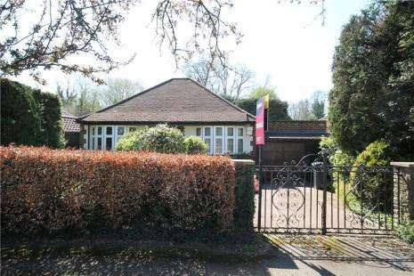 2 Bedrooms Detached Bungalow for sale in West Drive, Tadworth