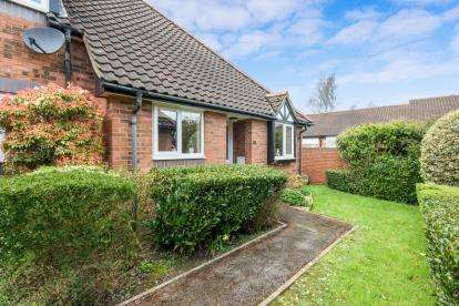 2 Bedrooms Bungalow for sale in Pilgrims Close, Chandler's Ford, Eastleigh