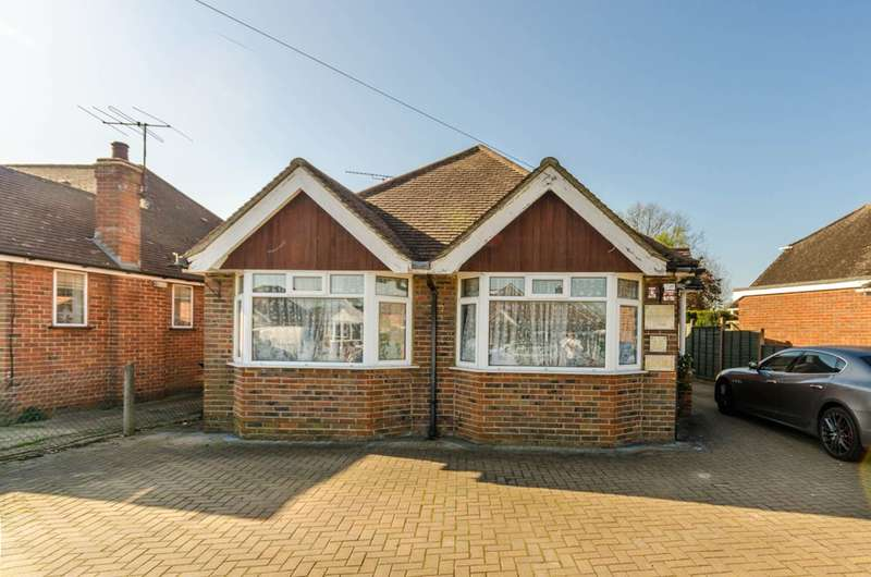 4 Bedrooms Bungalow for sale in Louis Fields, Fairlands, GU3