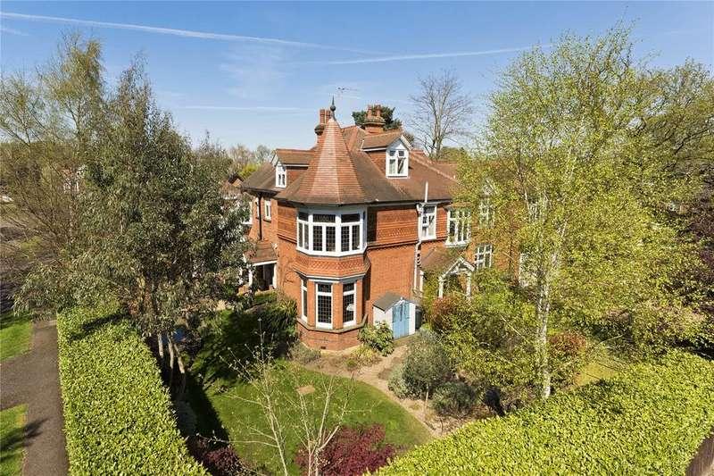 5 Bedrooms Semi Detached House for sale in Woodland Grove, Weybridge, KT13