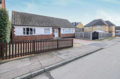 4 Bedrooms Bungalow for sale in Maple Springs, Waltham Abbey, Essex