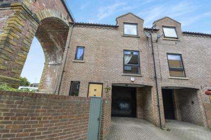 4 Bedrooms Terraced House for sale in Low Church Wynd, Yarm, Stockton On Tees