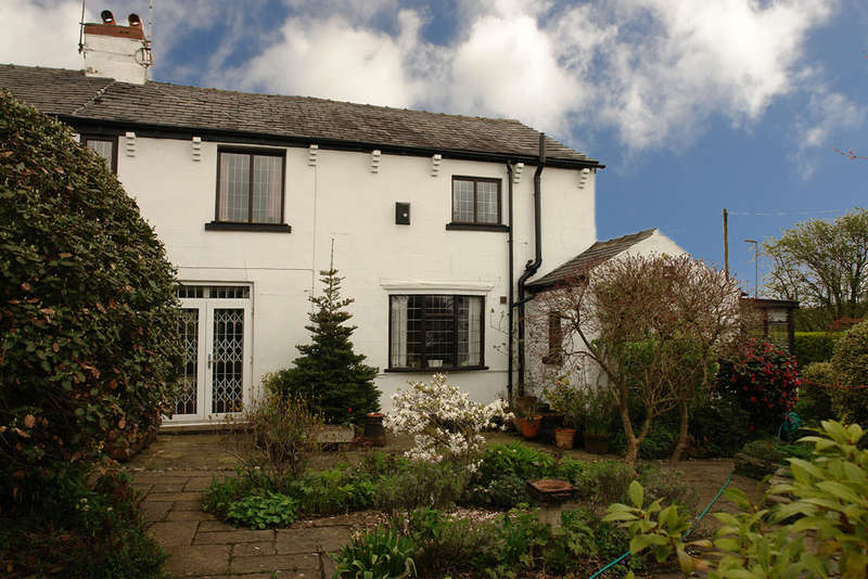 3 Bedrooms Cottage House for sale in Healds Green. Chadderton