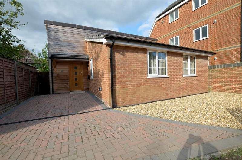 2 Bedrooms Detached Bungalow for sale in Lundy Lane, Reading