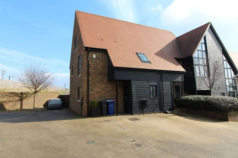 4 Bedrooms Semi Detached House for sale in Dovecote Barns, Purfleet