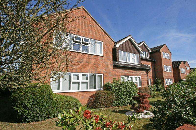 2 Bedrooms Apartment Flat for sale in Sussex House, Victoria Road, Farnham Common, Buckinghamshire SL2
