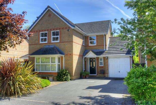 4 Bedrooms Detached House for sale in May Park, Calcot, READING
