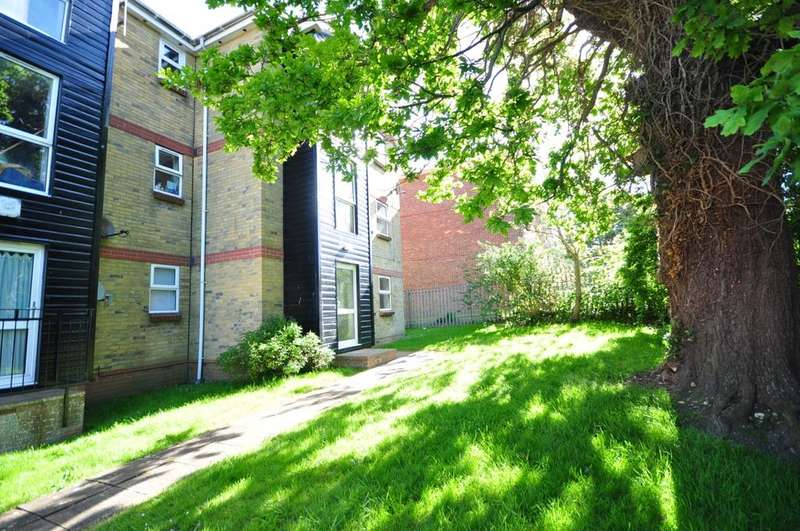 2 Bedrooms Ground Flat for rent in Slade Road Ryde PO33