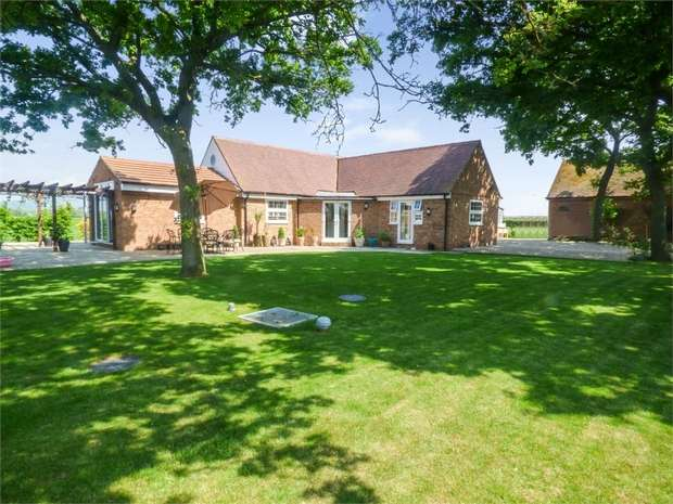 2 Bedrooms Detached Bungalow for sale in Evesham Road, Teddington, Tewkesbury, Gloucestershire