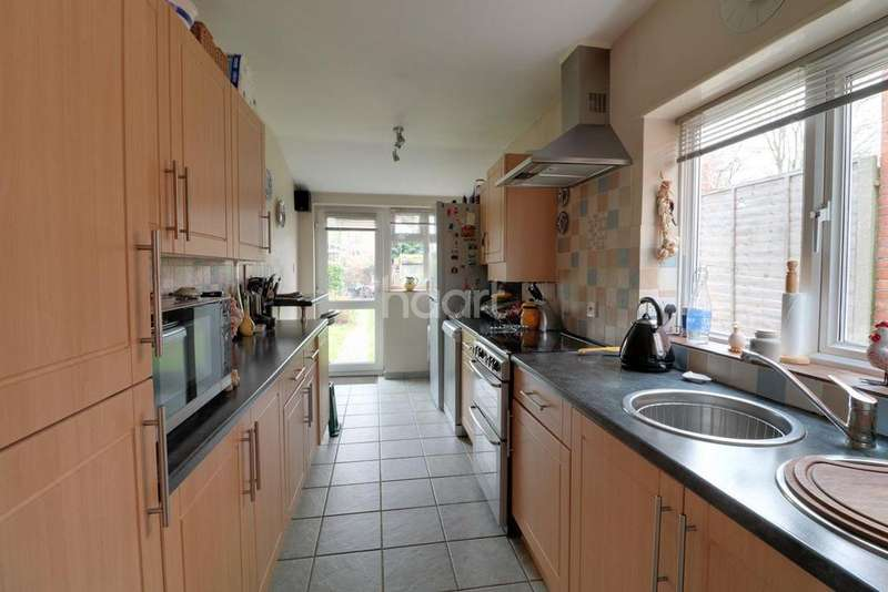 3 Bedrooms Detached House for sale in Fellows Road, Farnborough