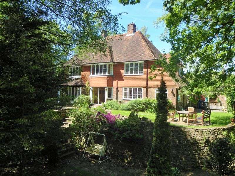 4 Bedrooms Property for sale in Rowhills, Farnham