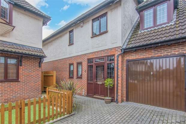 4 Bedrooms Detached House for sale in Beacons Close, Beckton, London