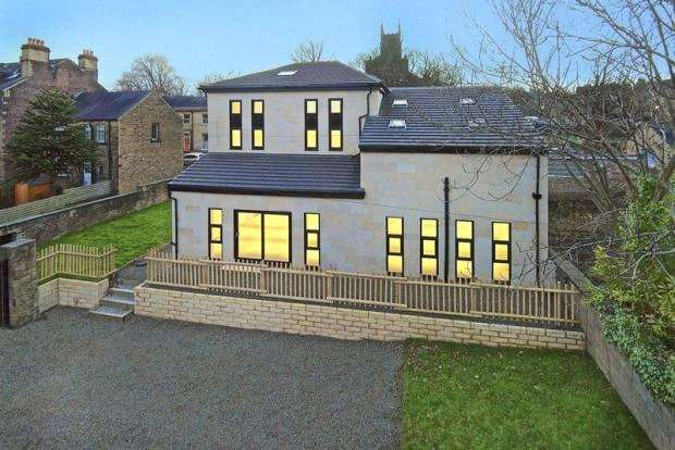 7 Bedrooms Detached House for sale in Wentworth Street, Edgerton, Huddersfield, West Yorkshire, HD1