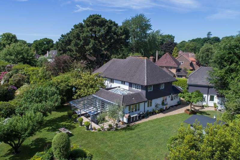 4 Bedrooms Detached House for sale in Church Mead, Lymington, SO41