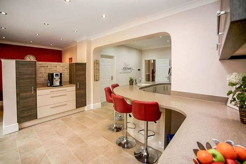 4 Bedrooms Detached House for sale in Tunbury Avenue, Walderslade, Chatham, ME5