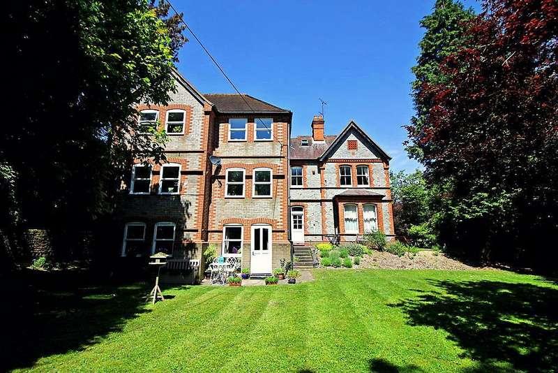 2 Bedrooms Flat for sale in The Warren, Caversham, Reading