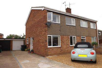 3 Bedrooms Semi Detached House for sale in Pyms Way, Sandy, Bedfordshire