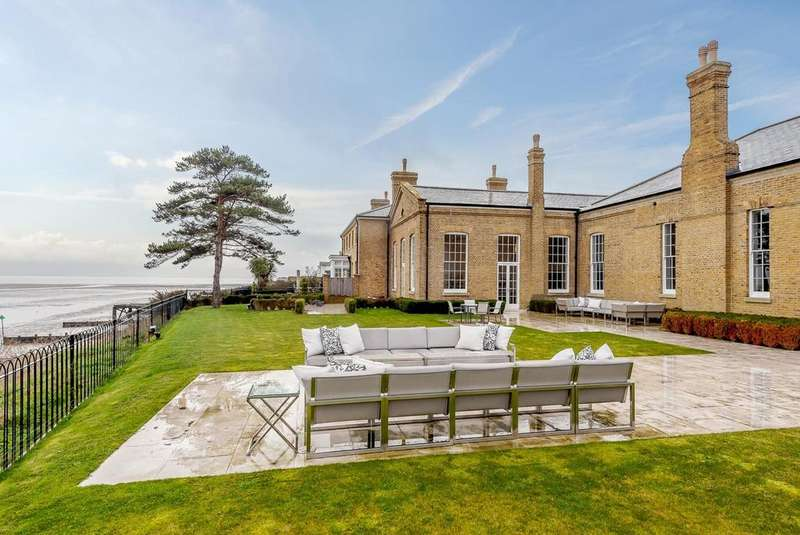 6 Bedrooms Detached House for sale in Mess Road, Shoeburyness, Southend-On-Sea, SS3