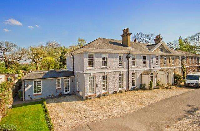5 Bedrooms Detached House for sale in Nugent's Park, Pinner