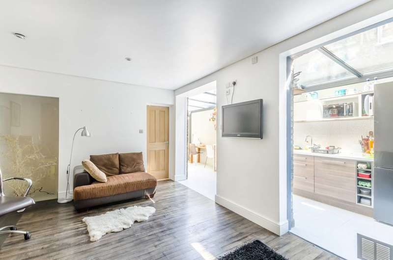 3 Bedrooms Flat for sale in Southampton Way, Camberwell, SE5