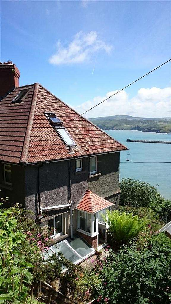 4 Bedrooms Semi Detached House for sale in Goodwick