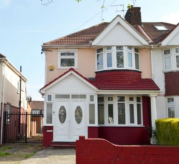 3 Bedrooms Semi Detached House for sale in Dormers Wells Lane, Southall, UB1