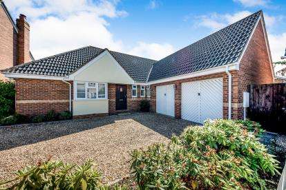 3 Bedrooms Bungalow for sale in Bickerdikes Gardens, Sandy, Bedfordshire